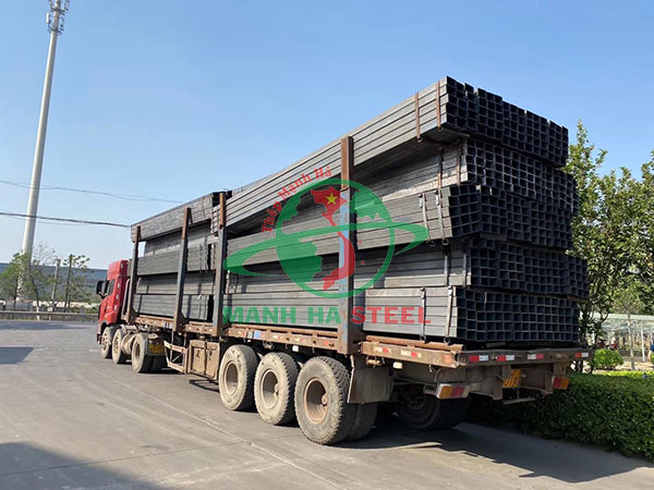 Vận chuyển sắt hộp ra công trình cho khách hàng
