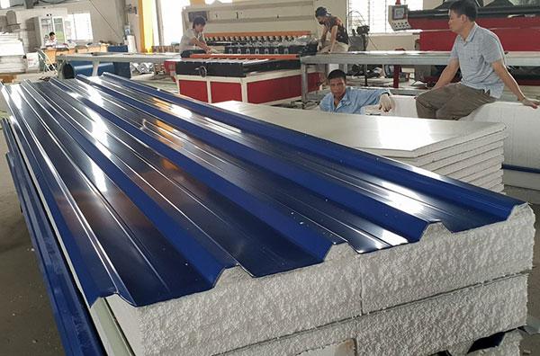 Tôn xốp bao gồm 3 lớp là lớp tôn nền bề mặt, lớp PU và lớp màng PVC/PP