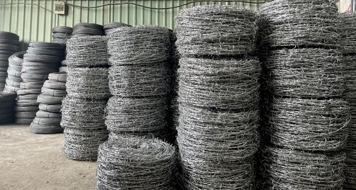Dây kẽm gai là loại thép được mạ kẽm nhúng nóng, xoắn lại và đan xen vào nhau