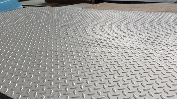 Thép tấm gân chống trượt là sản phẩm có bề mặt nhám