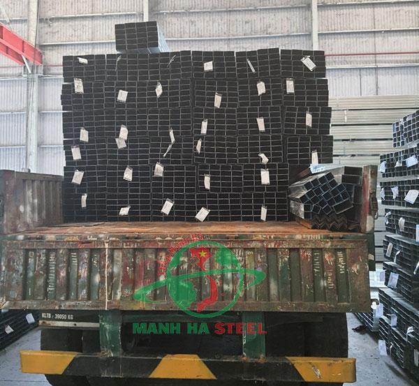 Vận chuyển thép hộp mạ kẽm, đen ra công trình cho khách hàng