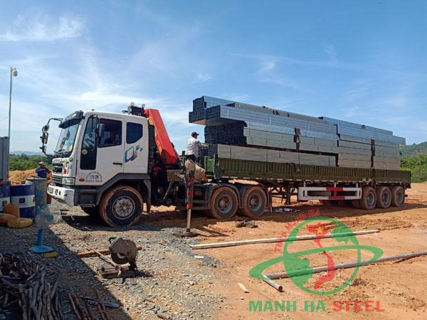 Vận chuyển sắt hộp mạ kẽm Hoa Sen ra công trình